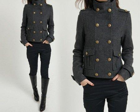 Un cappotto non troppo lungo permette alla donna a mela di valorizzare le gambe