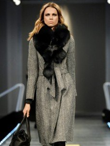 Cappotto lungo e avvitato perfetto per una donna a pera (Sisley)