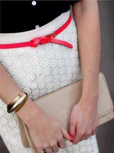 Gonna bianca e camicetta nera: una cintura sottile color fragola può dare un tocco in più ad un intero look!