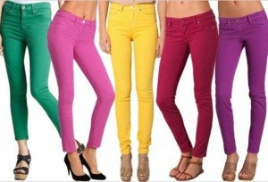 Le gambe delle donne a triangolo invertito possono osare anche i jeans colorati!