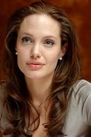 Angelina Jolie ha un viso quadrato: nota come le donano queste morbide onde.