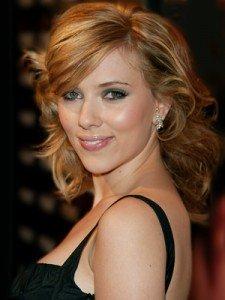 Scarlett ha un viso a cuore: nota come questa frangia conferisce ancora più brio al suo taglio di capelli.