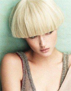 I capelli troppo corti non fanno che accentuare l'aspetto androgino del viso quadrato.