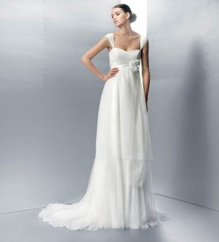 Il taglio a impero spopola anche tra gli abiti da sposa.