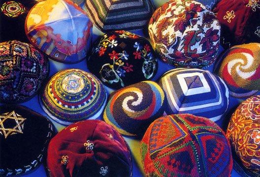 """il copricapo degli Ebrei noto come """"kippah"""" può essere decorato in svariati modi."""
