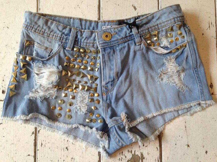 Shorts con le borchie, perfetti per un concerto rock