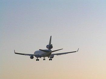 Il look uomo per un viaggio in aereo con stile ev