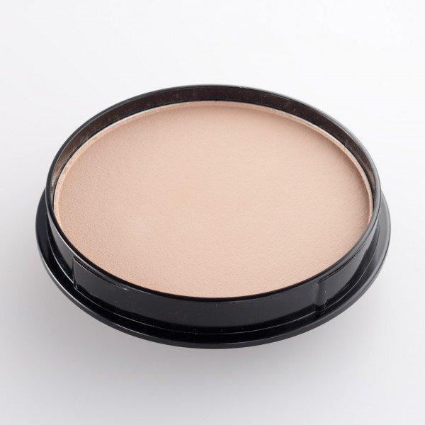 Make up per labbra sottili - Applica la cipria compatta e poi il rossetto e ripeti l'operazione