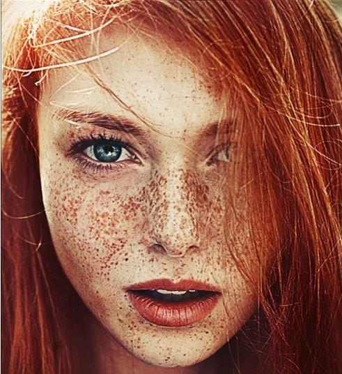 I capelli rossi donano un'aria fanciullesca e romantica.