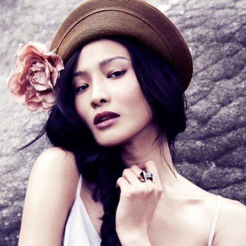 Make up per donna asiatica - Per il trucco occhi i colori più indicati sono tutte le declinazione del rosa, tutte le tonalità del viola spento, del blu spento e del grigio antracite
