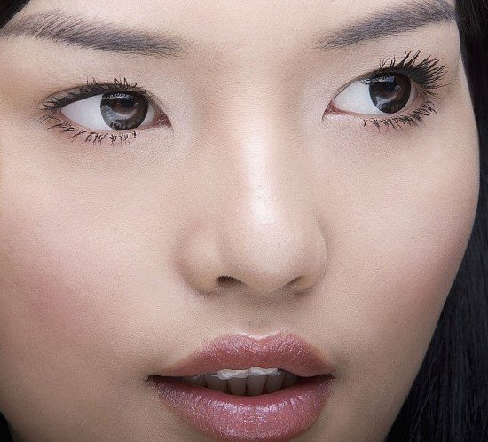 Applica un gloss per dare maggiore volume alle labbra