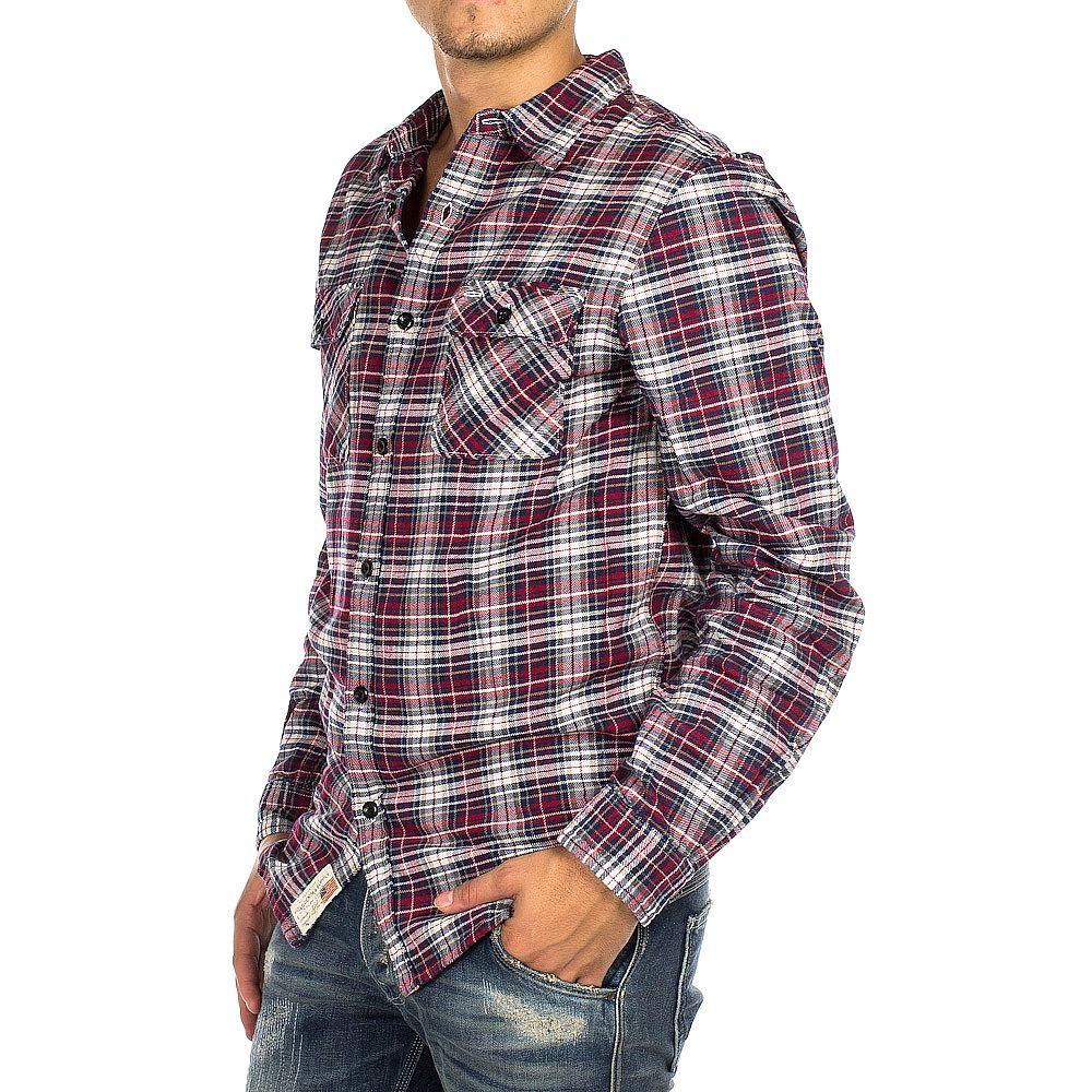Per un uomo a cetriolo alto una camicia a quadretti è un'ottima opzione