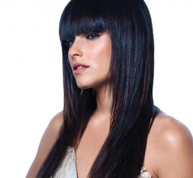 Hai i capelli di un bruno freddo se, guardati alla luce naturale, hanno un colore nero intenso, simile a quello delle piume dei corvi e talvolta tendente al blu.