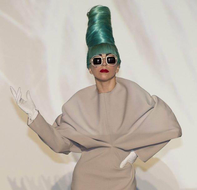 outfit-colloquio-autunno-inverno-donna - Salvo aver ottenuto un colloquio in una redazione di moda o in un contesto fortemente creativo, evita di indossare un look troppo colorato ed appariscente