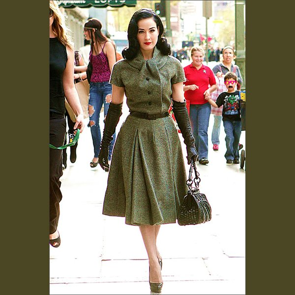 come-si-deve-vestire-una-donna-clessidra-in-inverno - Sì agli abiti che segnano il punto vita