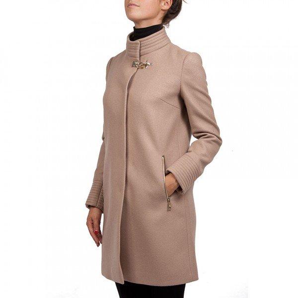 come-mi-vesto-per-un-battesimo-autunno-inverno-consigli-per-lei - Indossa un cappotto semplice e dalle linee pulite