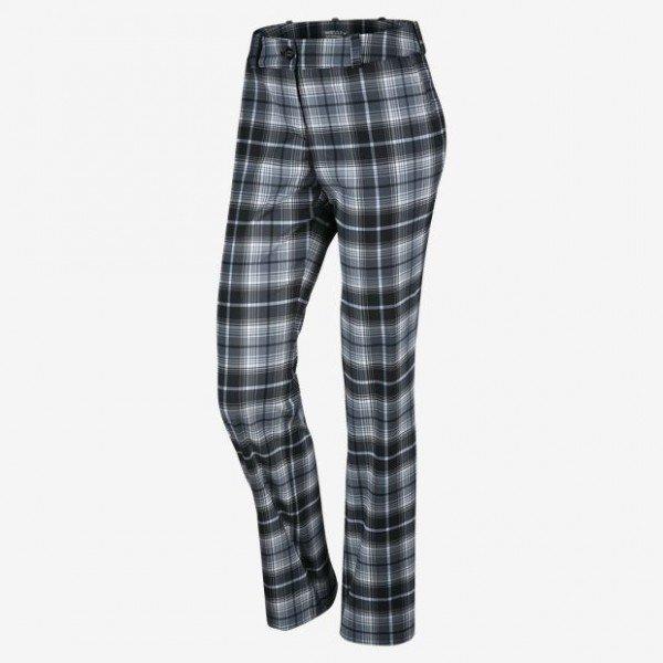 come-si-deve-vestire-una-donna-clessidra-in-inverno - Scegli dei pantaloni in panno che non segnino troppo la gamba