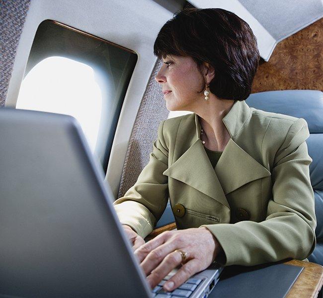 come-mi-vesto-per-un-viaggio-aereo-autunno-inverno-consigli-per-lei - Un viaggio in aereo porta con sé sempre un po' di frenesia