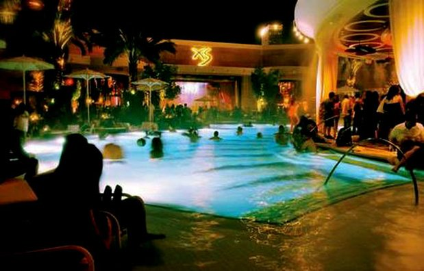 Come mi vesto per una festa in piscina lei for Party in piscina